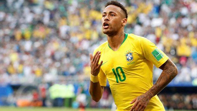 Brazilec Neymar oslavuje branku do sítě Mexika v zápase MS.