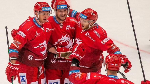 Hokejisté Třince se radují z gólu, zleva Martin Marinčin, Tomáš Kundrátek, Miloš Roman a Andrej Nestrašil.