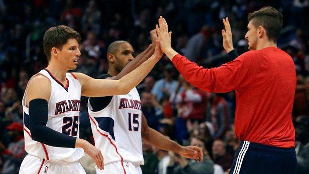 Basketbalista Atlanty Kyle Korver (vlevo) si plácá se spoluhráčem Alem Horfordem.