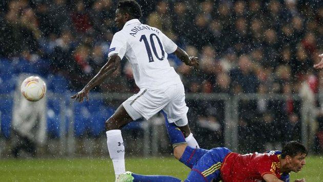 Emmanuel Adebayor (vlevo) z Tottenhamu v souboji Aleksandarem Dragovičem z Basileje.