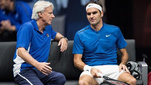 Roger Federer a kapitán týmu Evropy Björn Borg na archivním snímku během Laver Cupu.