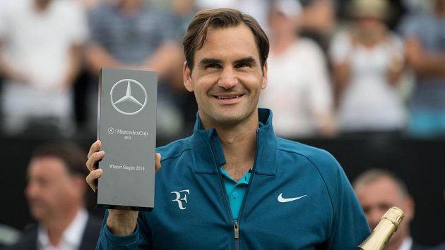 Švýcarský tenista Roger Federer s trofejí pro vítěze turnaje ve Stuttgartu.