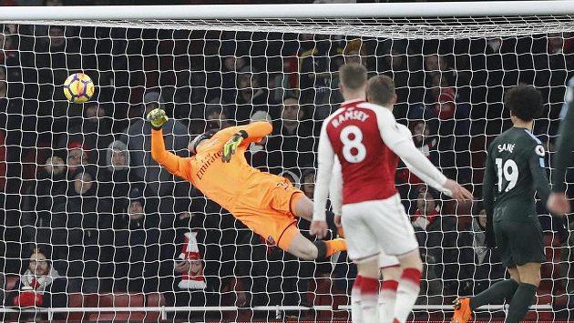 Petr Čech inkasuje první gól v zápase proti Manchesteru City.