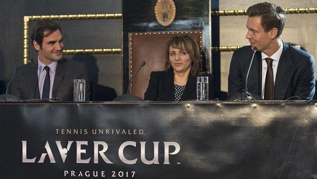 Švýcarský tenista Roger Federer (vlevo), Tomáš Berdych a pražská primátorka Adriana Krnáčová při tiskové konferenci v Praze u příležitosti Laver Cupu.