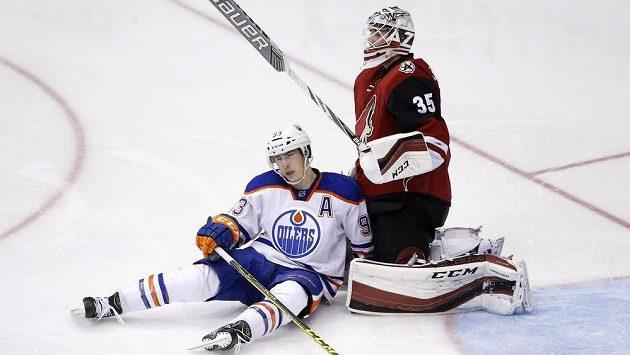 Edmontonský útočník Ryan Nugent-Hopkins po kolizi s brankářem Louisem Dominguem z Arizony.