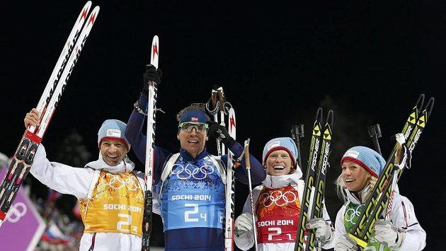 Tora Bergerová (třetí zleva) po nedávném triumfu ve smíšesné štafetě na ZOH v Soči. Napravo Tiril Eckhoffová, zleva Ole-Einar Björndalen a Emil-Hegle Svendsen.
