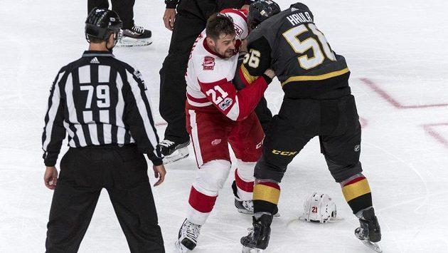 Slovenský hokejista Tomáš Tatar se v dresu Detroitu dokáže i poprat, jako v tomto případě s Erikem Haulou z týmu Vegas Golden Knights.