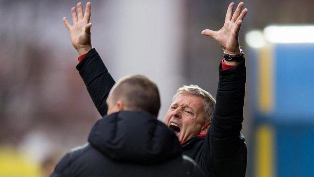 Trenér Sparty Praha Zdeněk Ščasný se raduje z výhry ve Zlíně.