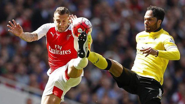 Joleon Lescott (vpravo) z Aston Villy v souboji o míč s Jackem Wilsherem z Arsenalu.