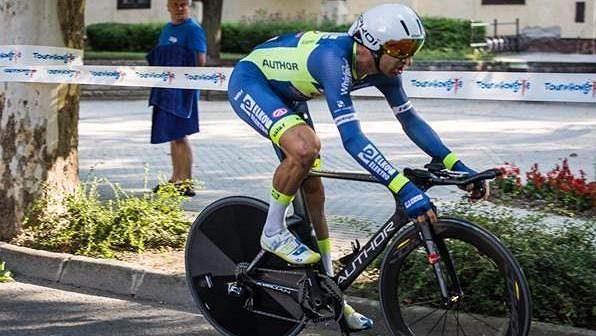 Cyklista Jan Bárta na trati