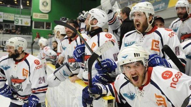 Hokejisté Chomutova se radují po postupu do extraligy
