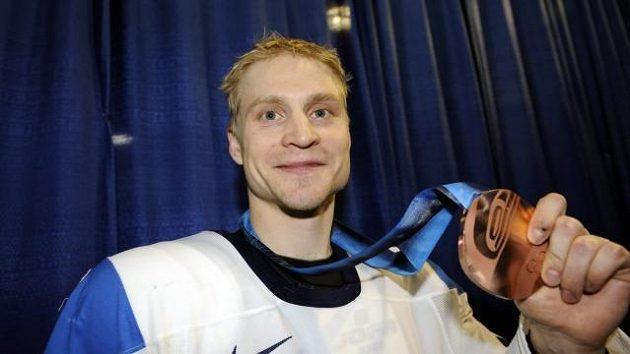 Finský hokejista Niko Kapanen s bronzovou olympijskou medaili z Vancouveru.