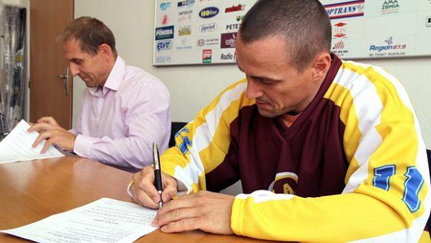 Viktor Ujčík podepisuje smlouvu v Jihlavě. Vlevo generální manažer klubu Bedřich Ščerban.
