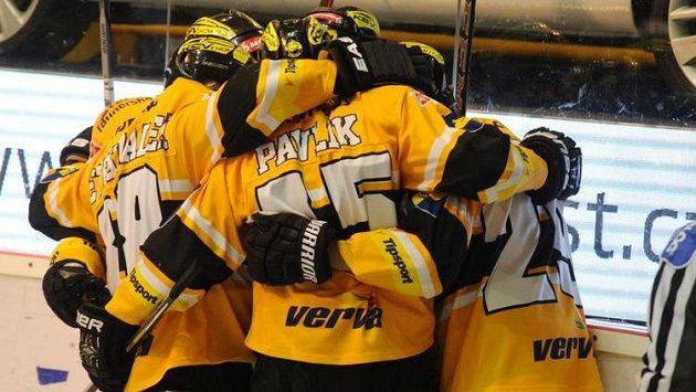 Hokejisté Litvínova se radují ze vstřelení gólu proti Brnu v úvodním semifinálovém zápase play off extraligy.