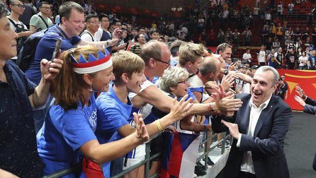 Trenér českých basketbalistů Ronen Ginzburg s fanoušky po utkání s Řeky.