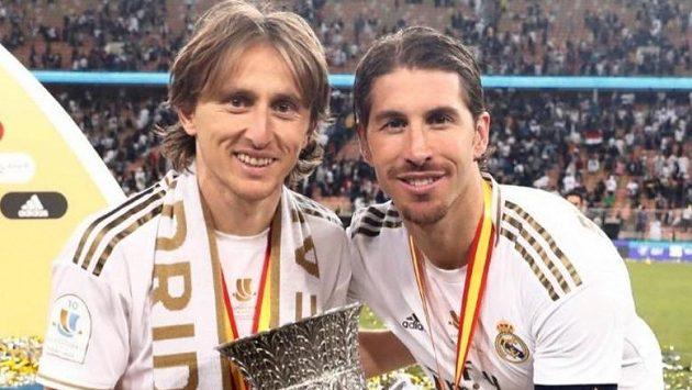 Luka Modrič se Sergiem Ramosem při oslavách titulu