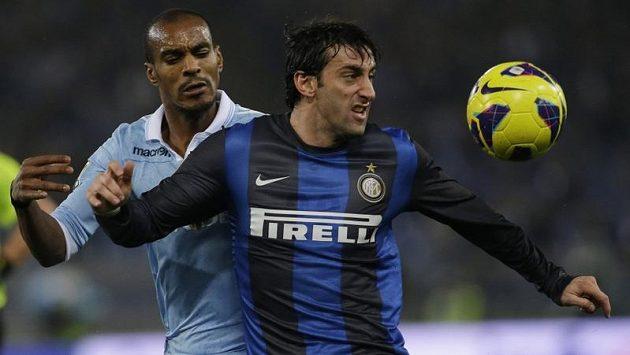 Abdulay Konko z Lazia Řím (vlevo) střeží Diega Milita z Interu Milán