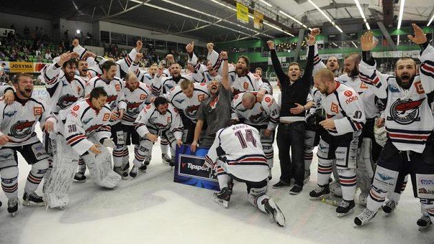 Hokejisté Chomutova slaví postup do extraligy.