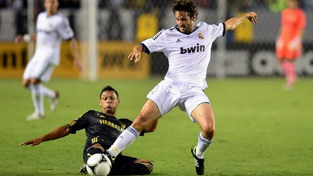 Španělský záložník Esteban Granero (vpravo) ještě jako hráč Realu Madrid v souboji s Kennym Walkerem v přátelském utkání s LA Galaxy