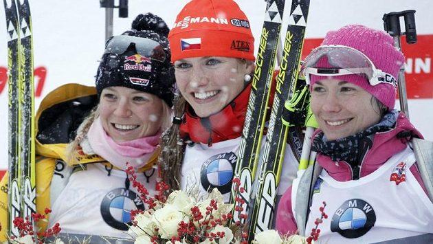 Na stupních vítězů: zleva stříbrná Němka Miriam Gössnerová, vítězná Gabriela Soukalová a vpravo třetí Naděžda Skardinová z Běloruska