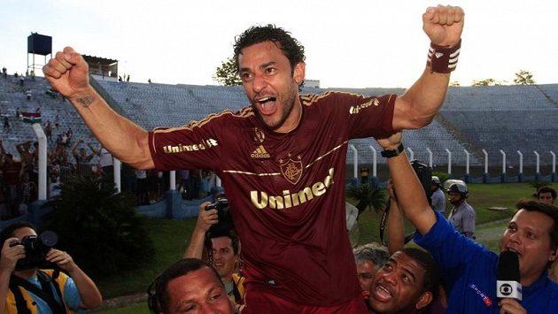 Jedna z hvězd Fluminense Fred se raduje ze zisku mistrovské trofeje.