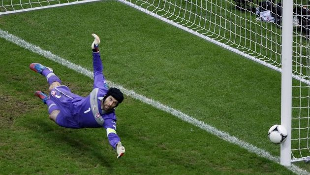 Cristiano Ronaldo už překonal Petra Čecha, gólu se ale postavila tyč.