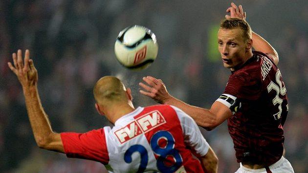 Vlevo slávista Martin Latka, který gólem rozhodl o výsledku derby, a sparťan Jiří Jarošík.