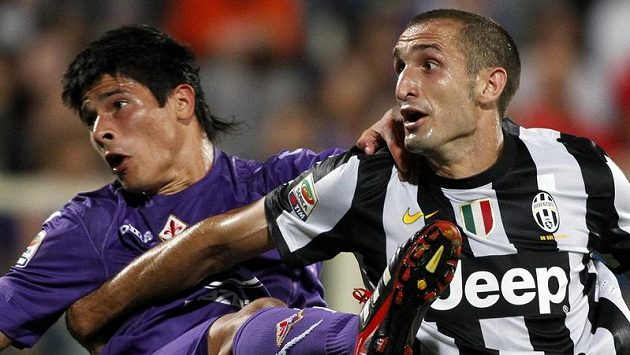 Giorgio Chiellini z Juventusu (vpravo) v souboji s obráncem Roncagliou z Fiorentiny.
