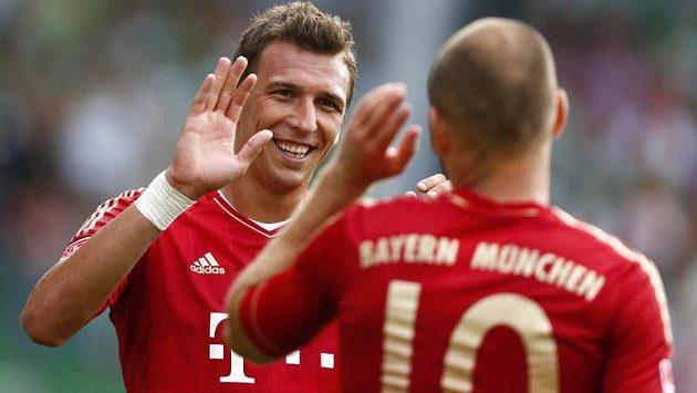 Mario Mandžukič (vlevo) a Arjen Robben z Bayernu Mnichov se radují po třetím gólu v utkání proti Fürthu
