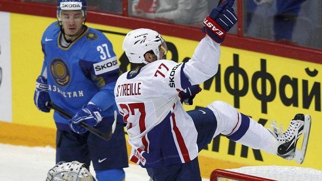 Sacha Treille v duelu s Kazachstánem. Nyní francouzského útočníka čeká dlouhý půst.