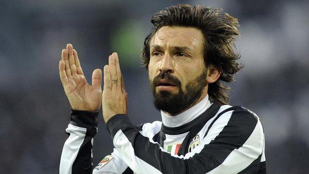 Andrea Pirlo z Juventusu tleská během utkání s Atalantou.
