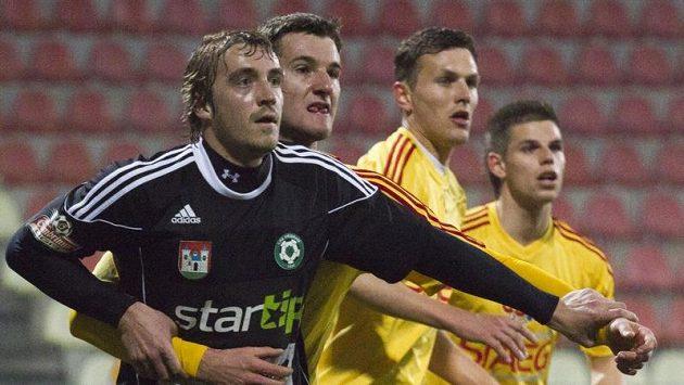 Milan Mišůn (vpředu) v dresu Příbrami v utkání s Duklou.