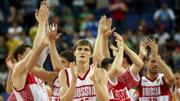 Basketbelisté Ruska v čele s Andrejem Kirilenkem (uprostřed) se radují z postupu do semifinále.
