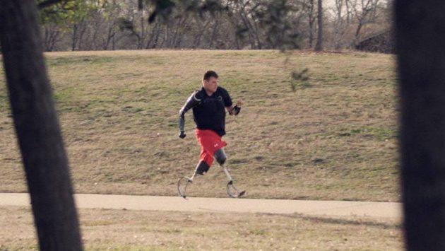 Jeho vůle je nezdolná. Travis Mills opět běhá.