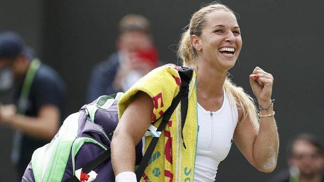 Slovenská tenistka Dominika Cibulková slaví vítězství nad Polkou Agnieszkou Radwaňskou a postup do čtvrtfinále Wimbledonu.
