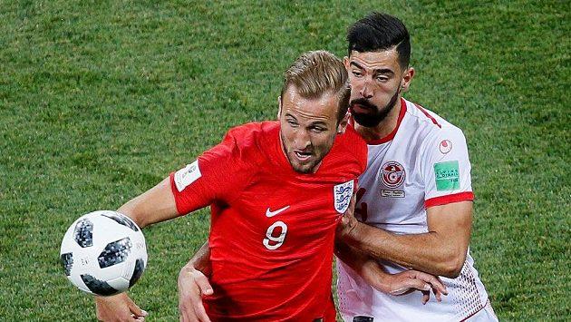 Anglický útočník Harry Kane bráněný Yassinem Meriahem z Tuniska.