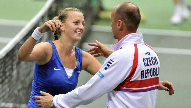 Petra Kvitová se ze své výhry raduje s kapitánem fedcupového týmu Petrem Pálou.