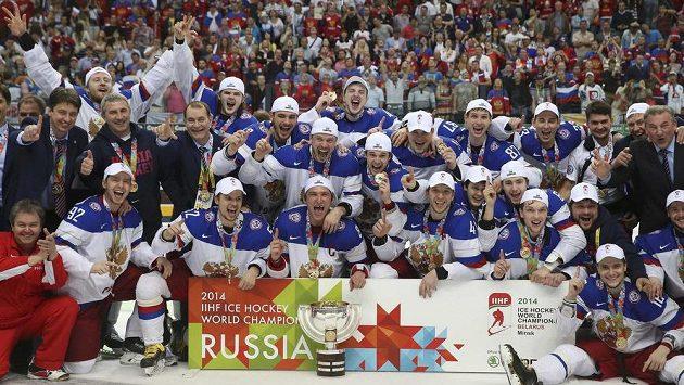 Ruští hokejisté se radují ze zisku titulu mistra světa.