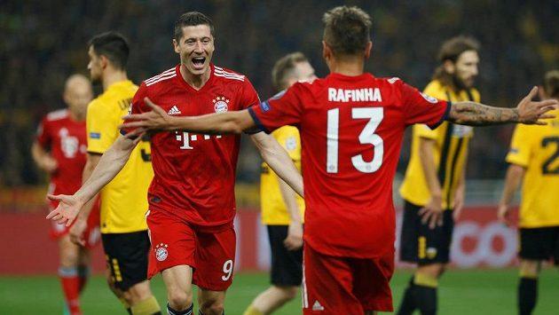 Robert Lewandowski a Rafinha slaví trefu Bayernu proti AEK.