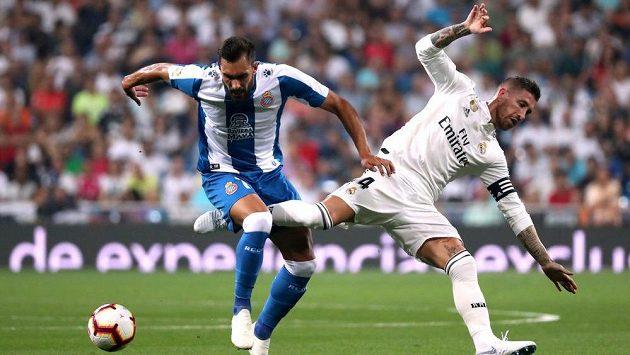 Borja Iglesias (vlevo) ještě v dresu Espaňolu a Sergio Ramos z Realu Madrid.