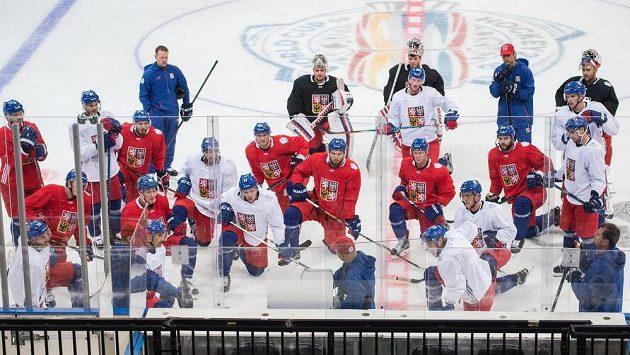 Takhle se čeští hokejisté pod vedením trenéra Josefa Jandače připravovali na Světový pohár před třemi lety.