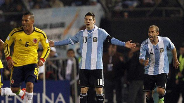 Nespokojený Messi (uprostřed) v utkání proti Kolumbii.