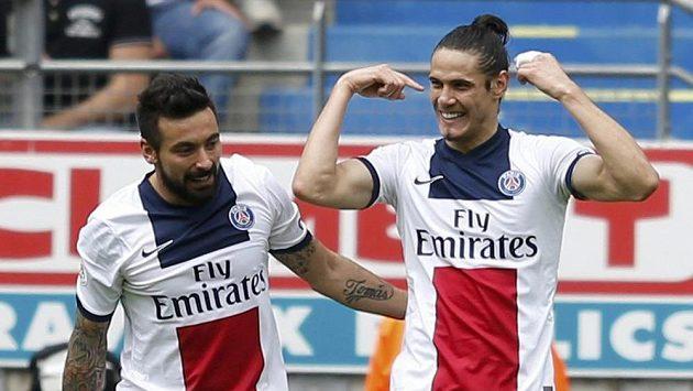 Edinson Cavani (vpravo) z Paris SG slaví gól proti Sochaux s týmovým kolegou Ezequielem Lavezzim.