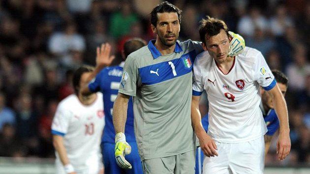 Brankář Gianiugi Buffon (vlevo) uklidňuje českého útočníka Libora Kozáka.