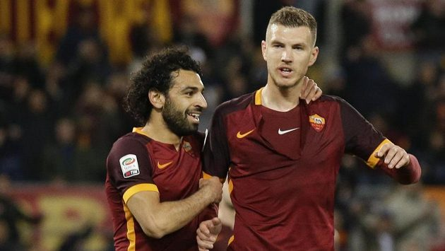 Edin Džeko a Mohamed Salah (vlevo) z AS Řím v duelu proti Palermu.