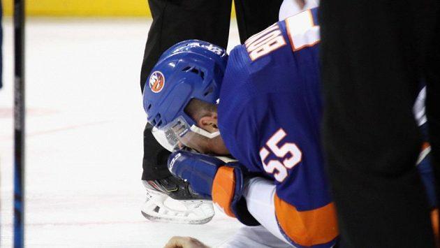 Johnny Boychuk si poranil oko po zásahu bruslí útočníka Montrealu Artturiho Lehkonena.