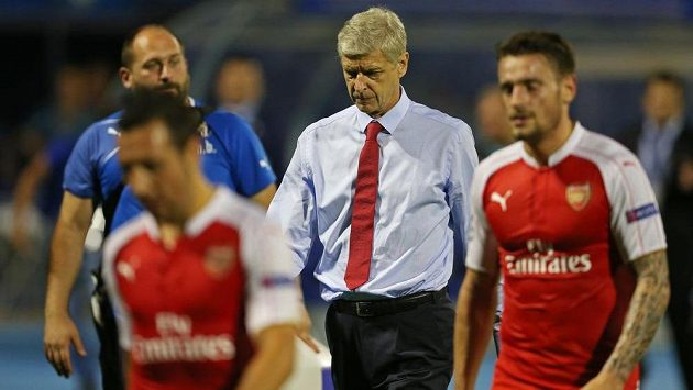 Zklamaný trenér Arsenalu Arsené Wenger opouští trávník stadiónu Dinama Záhřeb.