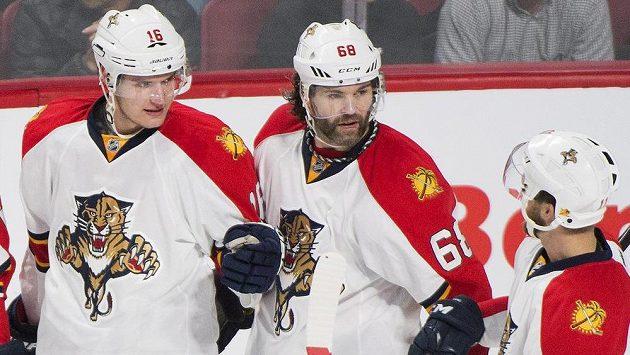 Hokejisté Floridy (zleva) Aleksander Barkov, Jaromír Jágr a Jonathan Huberdeau se radují z gólu na ledě Montrealu.