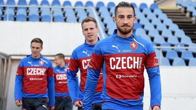 Sparťan Lukáš Vácha (vpředu) a viktorián David Limberský přicházejí na trénink národního týmu.