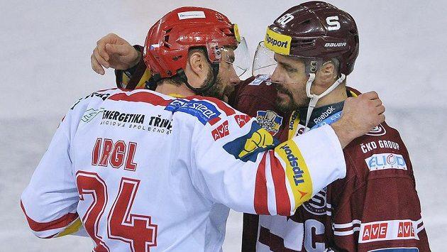 Zbyněk Irgl z Třince (vlevo) a Tomáš Rolinek ze Sparty se zdraví po zápase, ve kterém Třinec vyhrál a postoupil do finále.